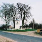 Вид над придорожную каплицу и воинское кладбище. 2004 г.