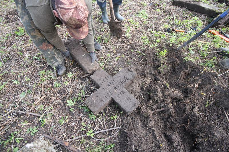 Волонтёры Западного рубежа во время благоустройства смешанного захоронения Первой мировой войны у деревни Интока Поставского района-13