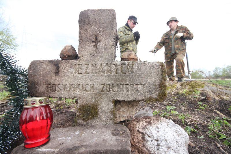 Волонтёры Западного рубежа во время благоустройства смешанного захоронения Первой мировой войны у деревни Интока Поставского района-18