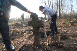 Волонтёры за благоустройством немецкого захоронения Первой мировой войны в деревне Дворчаны Поставского района-15