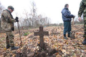 Волонтёры за благоустройством немецкого захоронения Первой мировой войны в деревне Дворчаны Поставского района-4
