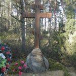 Крест и камень на братской могиле убитых в 1916 году.
