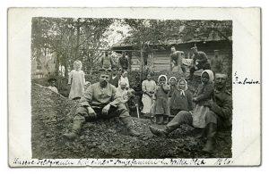 Надпись на фото: «Наши позиции у одной крестьянской семьи в Великой Ольсе. 1916». Фото из личного альбома немецкого лейтенанта Рубенса, пехотный полк № 17 (IR 17)