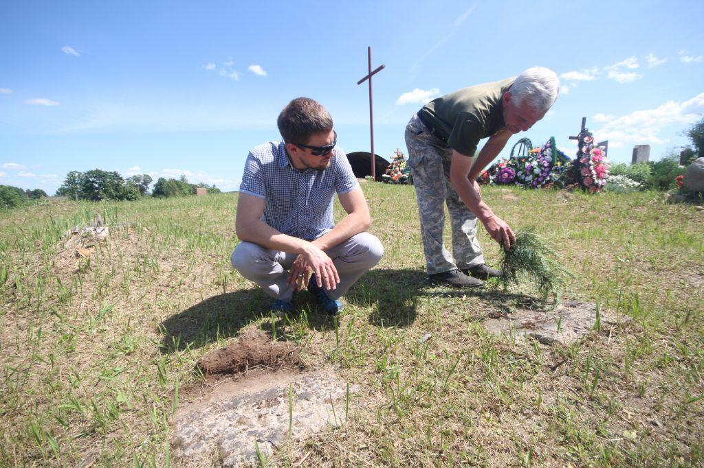 Немецкие надгробные плиты на гражданском кладбище в деревне Новосёлки Поставского района-1