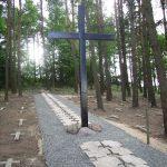 Центральный крест, поставленный на кладбище Народным союзом Германии по уходу за военными могилами, и созданная центральная алея из надгробных плит. 2009 г.