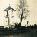 Вид на придорожную часовню и воинское захоронение у м. Долгиново. 1916 г. Фотография с сайта vdkm.limis.lt
